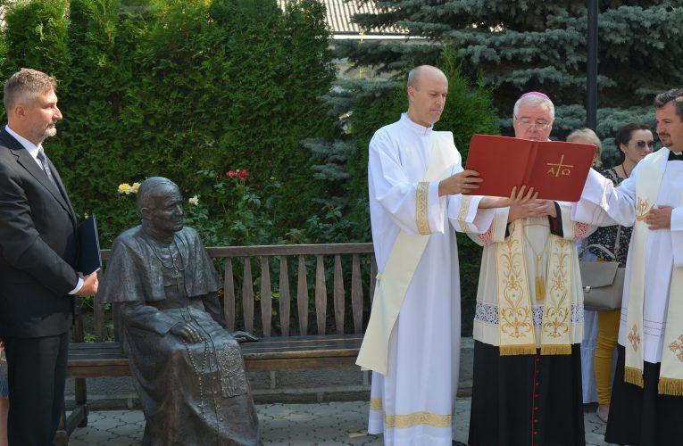 Ławeczka Jana Pawła II przy Katedrze w Kiszyniowie